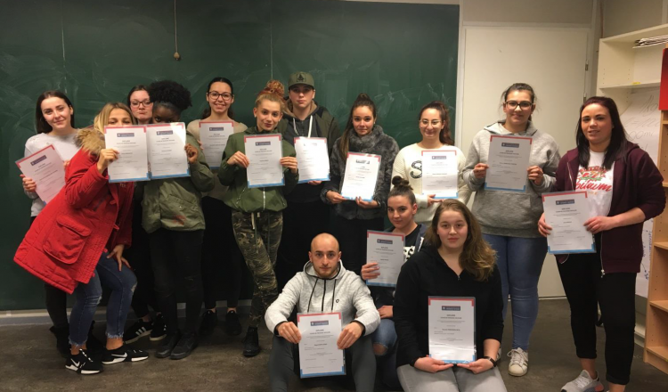 Remise des diplômes du cours de premiers secours aux élèves de la classe DP1AV